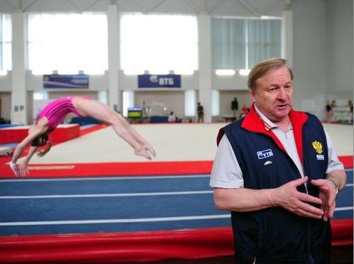 Александр Александров внимательно наблюдают за тренировкой своей команды.